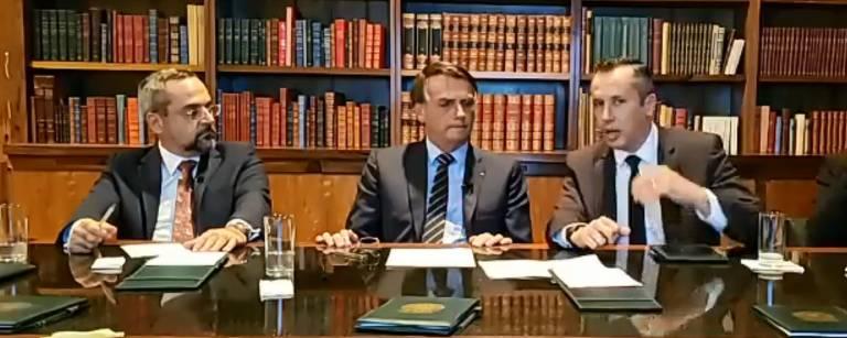 Bolsonaro faz live com ministro da Educação Abraham Weintraub (esq.) e Roberto Alvim (dir.), secretário especial da Cultura