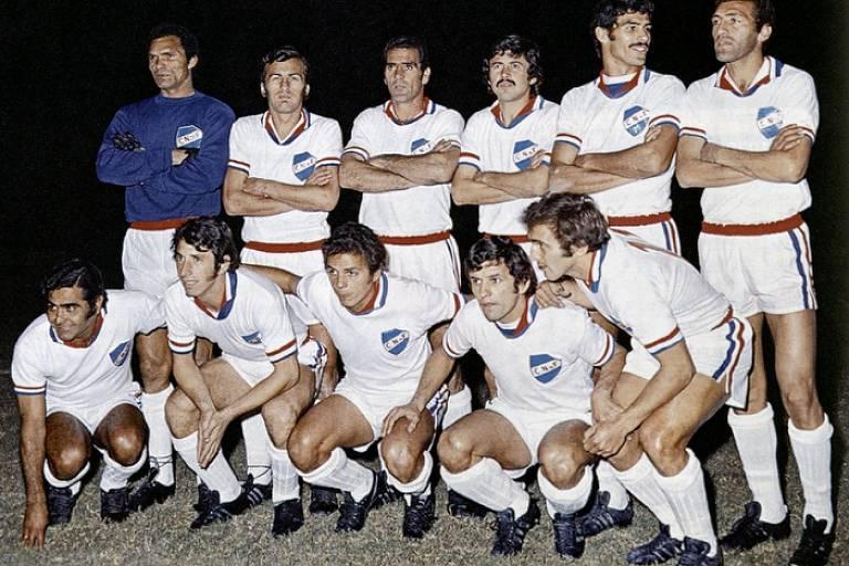 Time do Nacional campeão da Copa Libertadores de 1971. Primeiro em pé, da esq. para a dir., está o goleiro brasileiro Manga