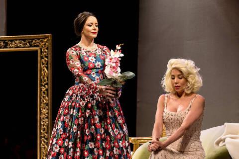 Cena do espetáculo 'Parabéns, Senhor Presidente', com Danielle Winits (à. dir) e Christine Fernandes