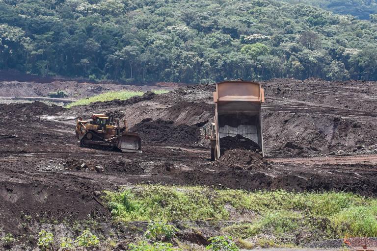 Movimentação de trabalhadores na atingida pelo rompimento da barragem, um ano após a tragédia de Brumadinho, em Minas
