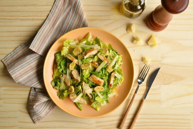 Clássica, salada caesar é saborosa e com acompanhamento de frango grelhado vira refeição completa