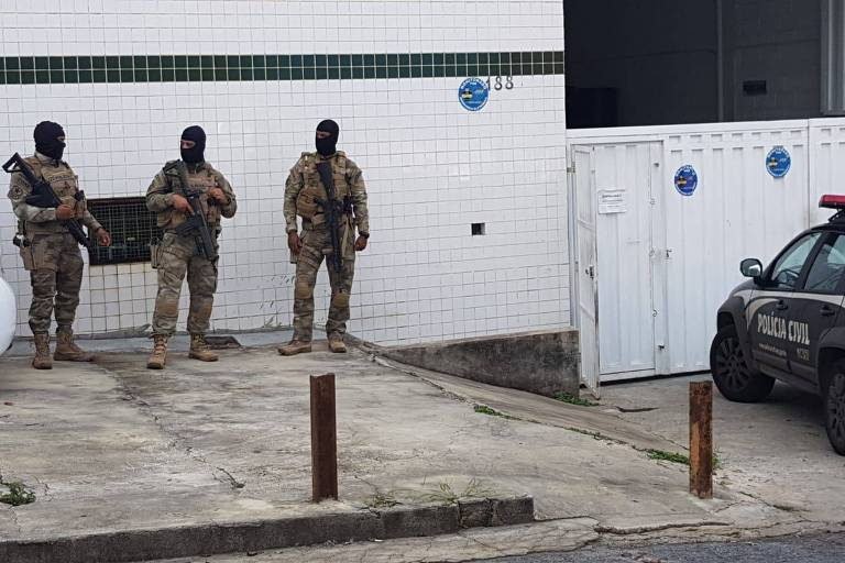 Policiais fazem vistoria em empresa que fornece monoetilenoglicol à Backer, em Contagem (MG)