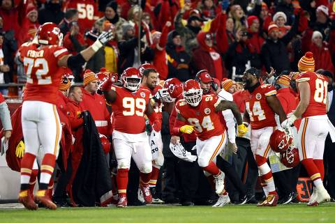 KANSAS CITY, MISSOURI - JANUARY 12: The Kansas City Chiefs celebrate against the Houston Texans during the fourth quarter in the AFC Divisional playoff game at Arrowhead Stadium on January 12, 2020 in Kansas City, Missouri.   Jamie Squire/Getty Images/AFP == FOR NEWSPAPERS, INTERNET, TELCOS & TELEVISION USE ONLY ==