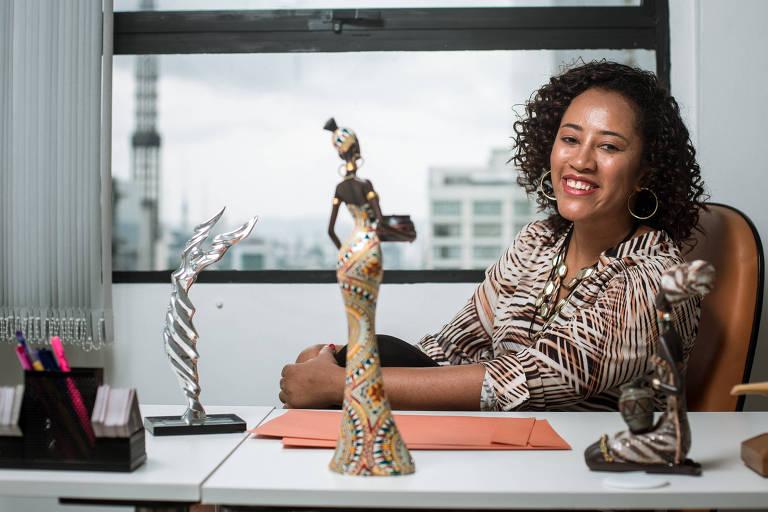 A empresária Liliane Rocha, fundadora da Gestão Kairós, no coworking em que trabalha, em SP