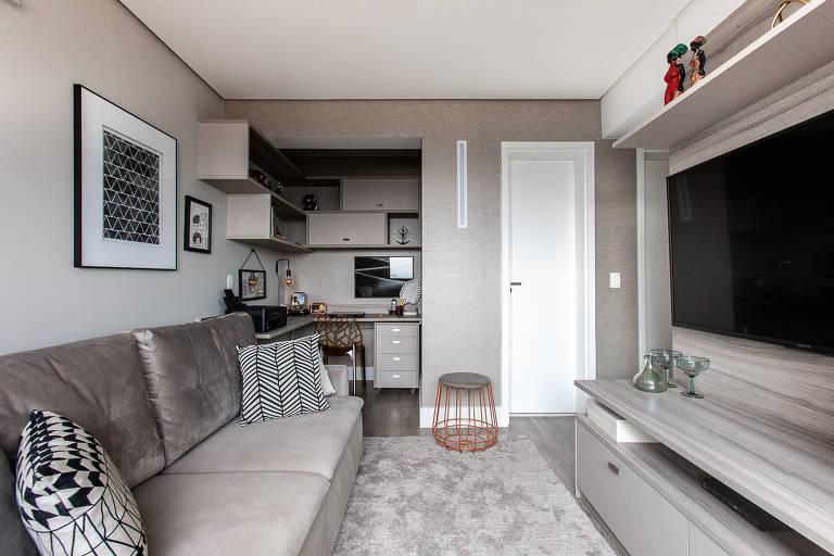 Antes de adquirir uma TV tamanho mega, meça o espaço disponível entre a tela e o sofá. Para aparelhos de 32 polegadas, o ideal é sentar a 1,80 m da tela; aqui, sala de uma casa de 220 m² decorada por Paula Carvalho, em Ribeirão Pires (SP)