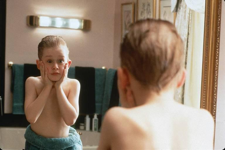 Menino se olha no espelho