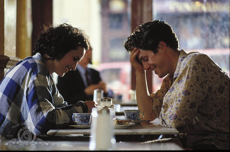 homem e mulher sentados em café