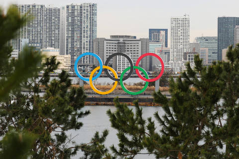 (200117) -- TOKYO, Jan. 17, 2020 (Xinhua) -- A large size Olympic Symbol brought by a salvage barge arrives at Odaiba Marine Park, Tokyo, Japan on Jan. 17, 2020. The Olympic Symbol, which is 32.6 meters wide and 15.3 meters high and weighs 69 tons, was installed in the waters of Odaiba Marine Park and will be replaced with a Paralympic Symbol in Mid-August. (Xinhua/Du Xiaoyi)