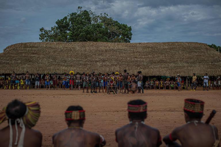 Indígenas participam nesta sexta (17) do último dia de encontro com lideranças na aldeia de Piraçu, às margens do rio Xingu, em Mato Grosso