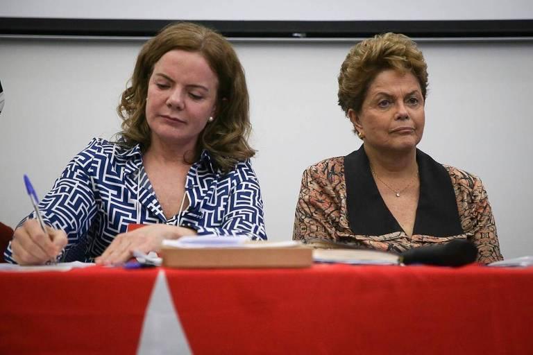 A presidente do PT, Gleisi Hoffmann, e a ex-presidente Dilma durante reunião do diretório nacional do partido em São Paulo