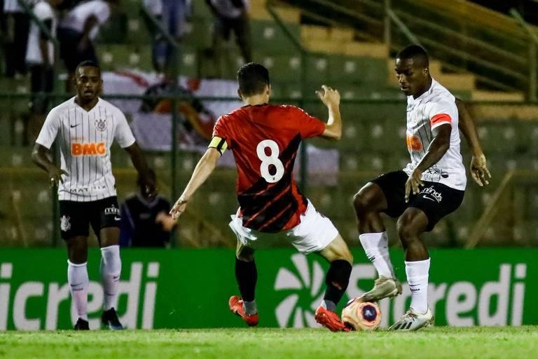 Jogadores de Corinthians e Athletico-PR durante quartas de final da Copa São Paulo de 2020