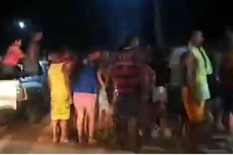 Movimentação em frente à delegacia após moradores terem esquartejado homem acusado de estupro e depredado a delegacia onde ele estava
