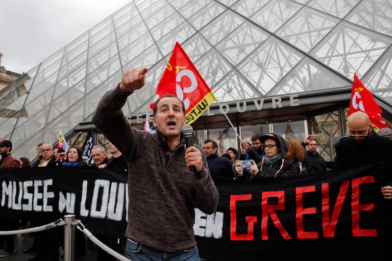 Grevistas bloqueiam a entrada do Museu do Louvre