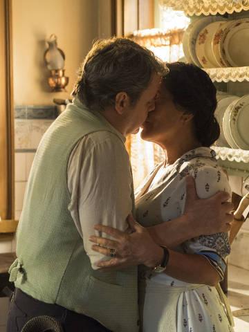 Lola (Gloria Pires) e Afonso (Cássio Gabus Mendes) se beijam