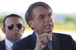 O presidente Jair Bolsonaro durante entrevista na entrada do Palácio da Alvorada