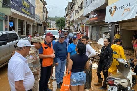 Integrantes do governo conversam com população em rua afetada pelas chuvas