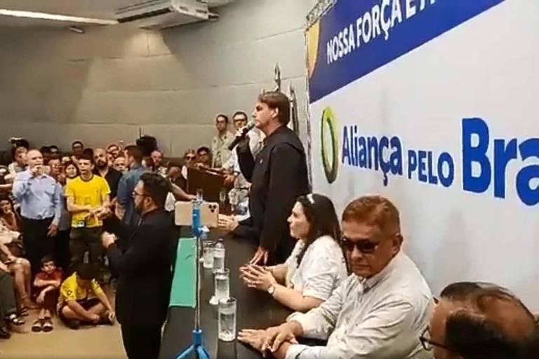 Jair bolsonaro discursa para plateia. Atrás dele está um banner com a marca Aliança Pelo Brasil, partido que o presidente pretende criar.