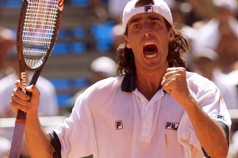 Fernando Meligeni vibra em partida contra o francês Cedric Pioline pela Copa Davis de 2000