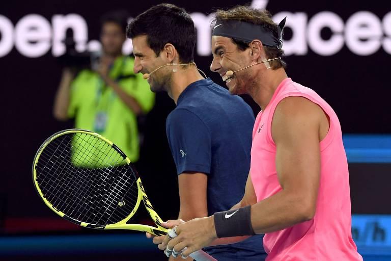 Nadal (de rosa) e Djokovic durante partida exibição para ajudar no combate aos incêndios na Austrália