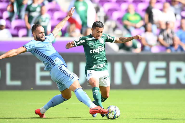 Dudu disputa a bola durante partida do Palmeiras na Florida Cup