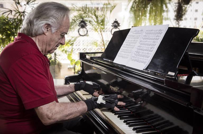João Carlos Martins volta ao piano