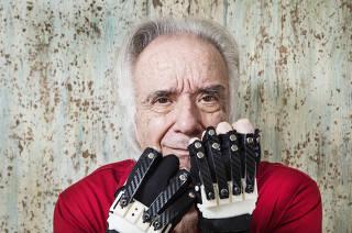 ***Especial para Domingo.FOLHA*** Retrato do Maestro e Pianista Joao Carlos Martins  com sua nova  luva eletronica onde ele podera voltar a tocar piano usando  9 dos 10 dedos. Anteriormente ele conseguia tocar  piano apenas  com dois dedos