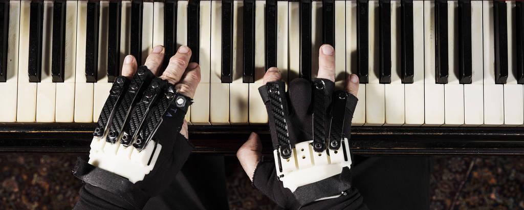 Mãos de João Carlos Martins ao piano com nova luva