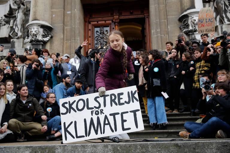 A sueca Greta Thunberg, 17, segura cartaz durante protesto em Lausanne, na Suíça, dias antes do início do fórum de Davos
