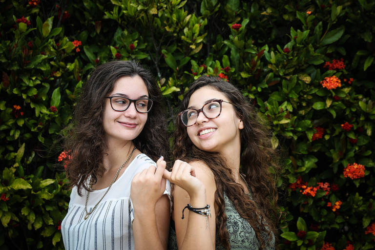 As amigas Tamires Bonaldi, 17,(cabelos claros) e Stephanie Freitter, 18, (cabelos escuros) falam o que pensam da política de abstinência sexual da ministra Damares
