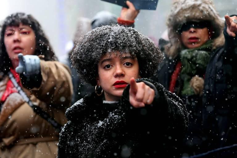 """Participantes da Marcha das Mulheres em Nova York, neste sábado 18, cantam a música """"o estuprador é você"""", criada pelo coletivo chileno Las Tesis. Mulheres apontam o dedo para a câmera sob a queda da neve"""