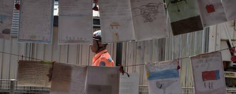 Brumadinho, MG, BRASIL,  15-01-2020, 19:00h. Cartas de apoio enviadas aos oficiais pela comunidade durante a coletiva organizada pelo Corpo de Bombeiros de Minas Gerais. A Coletiva aconteceu na Base Bravo, localizada na região atingida pelo rompimento da barragem, um ano após a tragédia de Brumadinho. (Alexandre Rezende/Folhapress COTIDIANO) *** EXCLUSIVO FOLHA ***