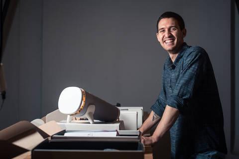 Diadema, SP, BRASIL, 13-01-2020: ***ESPECIAL*** MPME mensal - Gianpaolo Papaiz, empreendedor que fundou no final de 2019 a Protto, startup que comercializa objetos que o próprio consumidor monta, sendo o primeiro produto uma luminária. . (Foto: Lucas Seixas/Folhapress, ESPECIAIS).