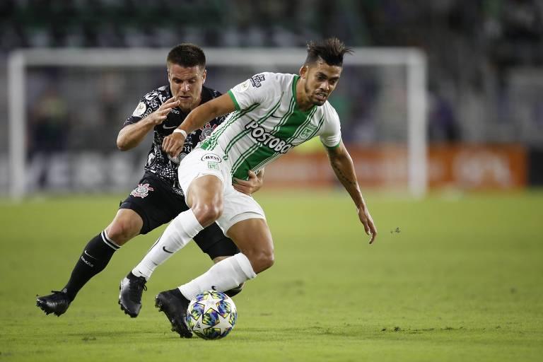 Ramiro disputa a bola durante a partida entre Corinthians e Atlético Nacional, pela  Florida Cup.