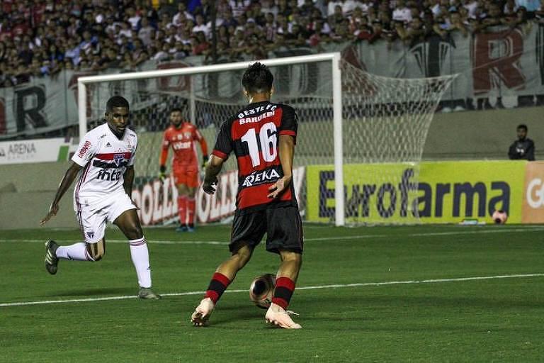 Jogadores de São Paulo e Oeste durante jogo pelas quartas de final da Copa São Paulo de 2020