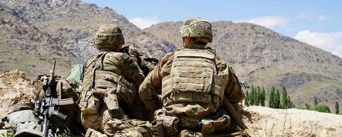 (FILES) In this file photo taken on June 6, 2019, US soldiers look out over hillsides during a visit of the commander of US and NATO forces in Afghanistan General Scott Miller at the Afghan National Army (ANA) checkpoint in Nerkh district of Wardak province. - The Taliban have offered a brief ceasefire to their US counterparts in Doha, two insurgent sources said on january 16, a move which could allow the resumption of talks seeking a deal for Washington to withdraw troops from Afghanistan. (Photo by THOMAS WATKINS / AFP) ORG XMIT: WK002