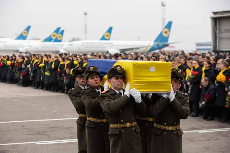 Corpos de vítimas de queda de avião no Irã chegam à Ucrânia; veja fotos de hoje