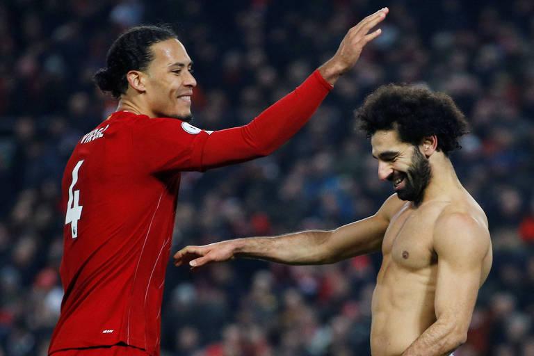 Van Dijk (à esq.) e Salah comemoram a vitória do Liverpool sobre o Manchester United em Anfield