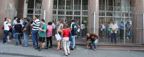 SAO PAULO, SP, BRASIL, 26-1-2016 - FILA NO INSS APOS TERMINO DA GREVE - 07:01:34 - Os peritos do INSS que estavam em greve, voltam a atender hoje com a paralizacao do movimento. Segurados do INSS fazem formam fila, nesta manha, na agencia Xavier de Toledo, na regiao central. Foto: Rivaldo Gomes/Folhapress, GRANA)  ***EXCLUSIVO AGORA *** EMBARGADA PARA VEICULOS ONLINE *** UOL E FOLHA.COM CONSULTAR FOTOGRAFIA DO AGORA *** FOLHAPRESS CONSULTAR FOTOGRAFIA AGORA *** FONES 3224 2169 * 3224 3342 ***