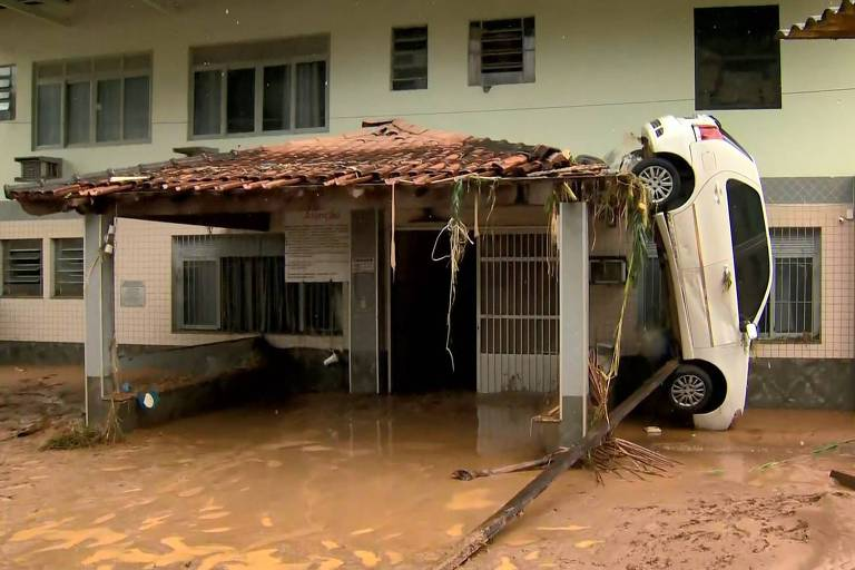Chuva inundou casas e arrastou carros em Iconha