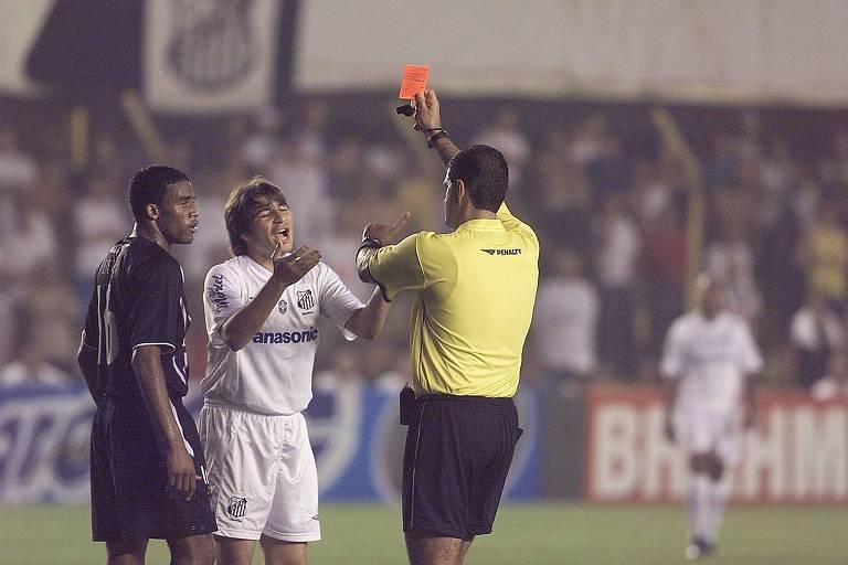 O árbitro Edilson Pereira de Carvalho, durante clássico entre Santos e Corinthians, em 2005