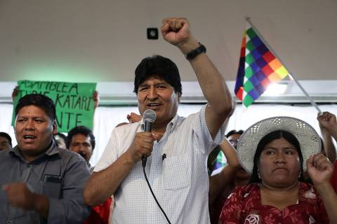 Bolivian former President (2006-2019) Evo Morales (C) gestures during the launching of the presidential ticket for the Movement for Socialism (MAS) party for the upcoming Bolivian elections, in Buenos Aires on January 19, 2020. - The MAS' presidential ticket for the May 3 general election is made up of former Economy Minister (2006-2019) Luis Arce and former Foreign Minister (2006-2017) David Choquehuanca for president and vice-president respectively. (Photo by ALEJANDRO PAGNI / AFP)