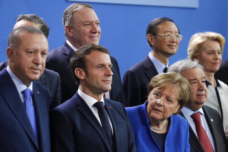O presidente da Turquia Recep Tayyip Erdogan (dir.), o presindente francês Emmanuel Macron e a chanceler alemã Angela Merkel, participam de conferência em Berlim com outros líderes