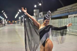 Sabrina Sato exibe boa forma e alegria em concentração da Gaviões da Fiel; veja fotos