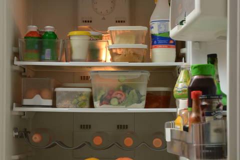 SANTO ANDRÉ, SP, 01.12.2015: ORGANIZAÇÃO-PESSOAL - Personal organizer dá dicas de como organizar a geladeira e gavetas. (Foto: Karime Xavier/Folhapress)