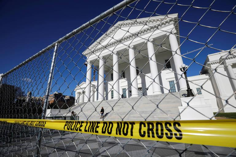 Grades e aviso da polícia de 'não ultrapasse' foram colocadas para proteger sede do governo do estado da Virgínia, na cidade de Richmond