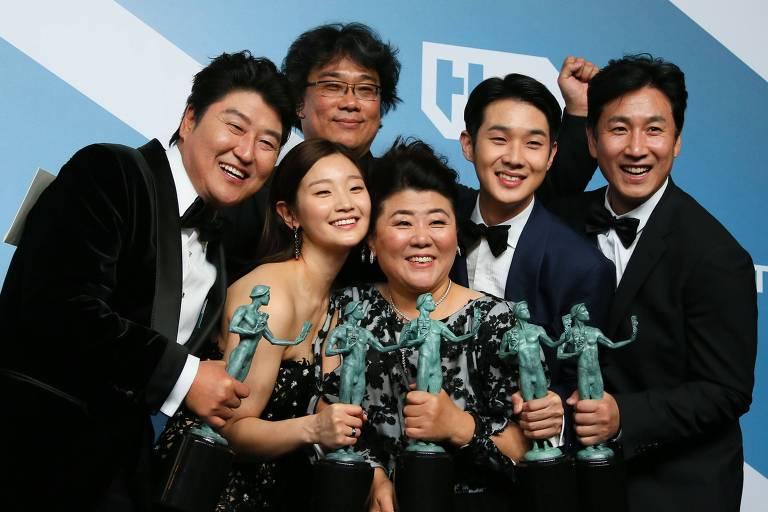Atores e diretor do filme sul-coreano 'Parasita', vencedor do prêmio de melhor elenco do SAG Awards