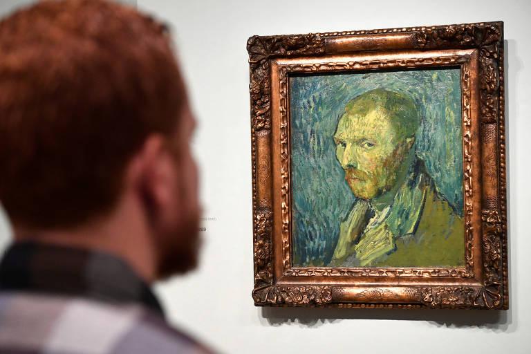 Um homem olha para a obra recém autenticada de Van Gogh, no museu do artista, em Amsterdã.