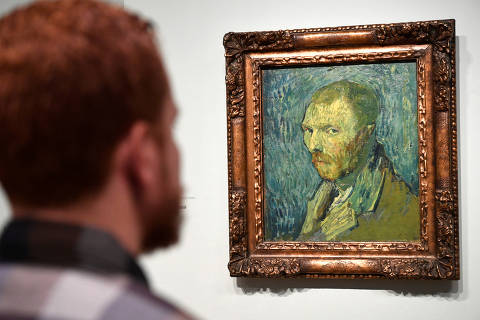 A man looks at Dutch post-impressionist painter Vincent van Gogh's self portrait, painted during a psychotic episode, at the Van Gogh Museum in Amsterdam, Netherlands January 20, 2020. REUTERS/Piroschka van de Wouw NO RESALES. NO ARCHIVES. ORG XMIT: GDN904