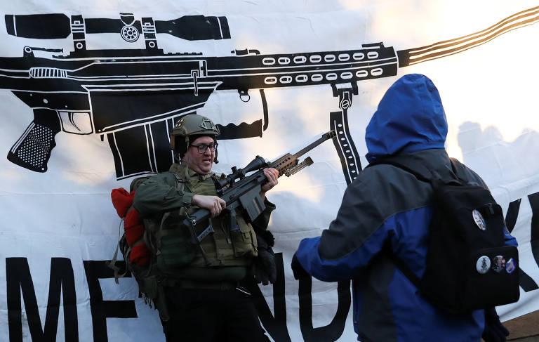 Homem manuseia arma durante protesto contra proposta de legislação para maior controle de armamentos na Virgínia