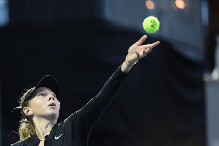 Amanda Anisimova saca durante partida no torneio de Auckland, antes do Australian Open